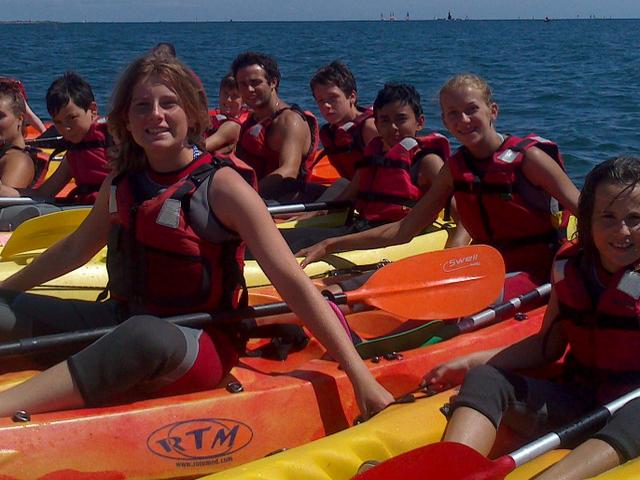 On forme un radeau avec les kayaks