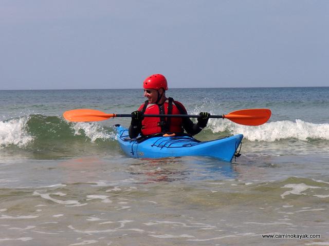 Les premiers surfs en kayak de mer
