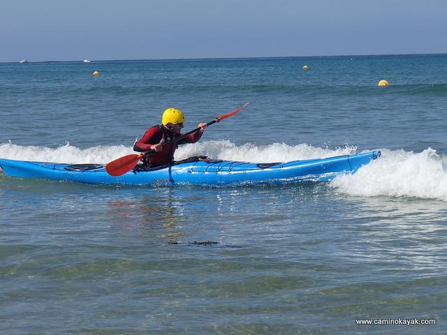 navigation dans des petites vagues en kayak de mer