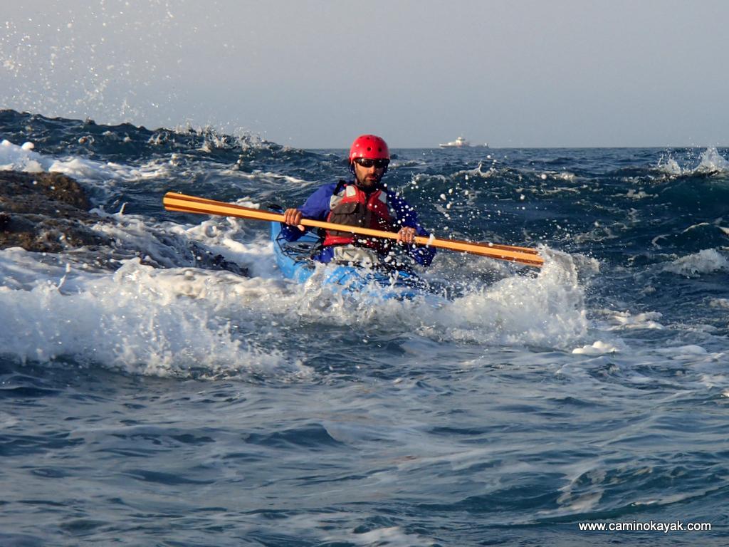 surf au ras des roches en kayak